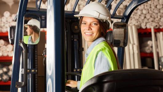 Frau als Logistik Azubi auf dem Gabelstapler