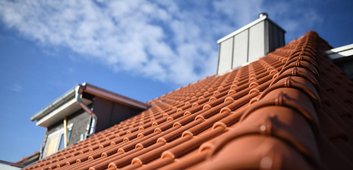 Umwelt Grat und Rauch Schornstein aus Metall auf Neubau Dachdecker Baustelle mit Platz für Text am Sommer Himmel vor Dachziegel Material